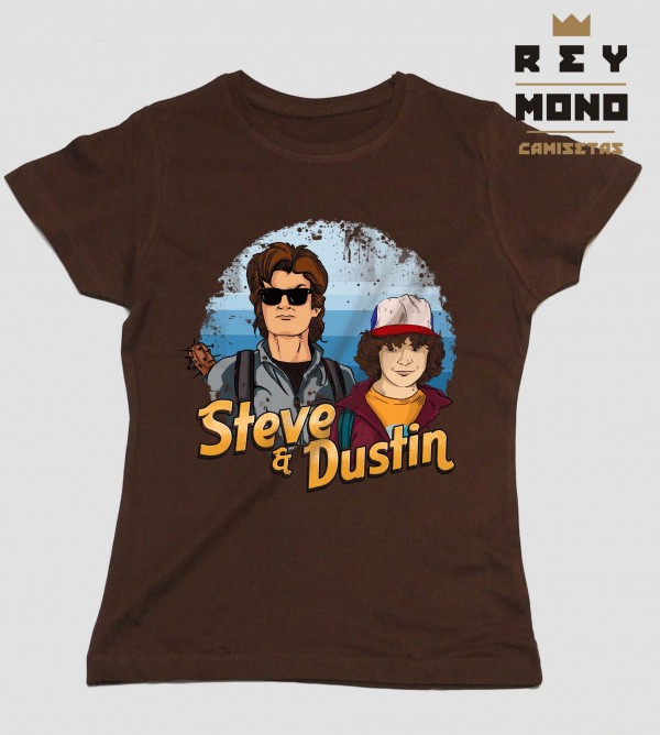 STEVE AND DUSTIN en camiseta entallada